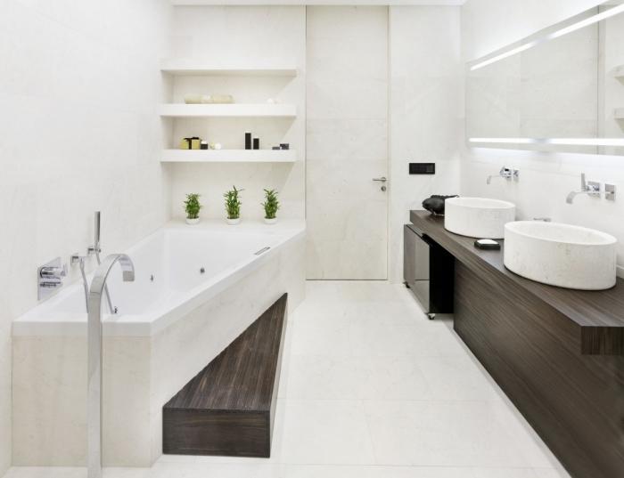 déco minimaliste dans une salle de bain blanche avec meuble bois foncé, astuce rangement étagère murale