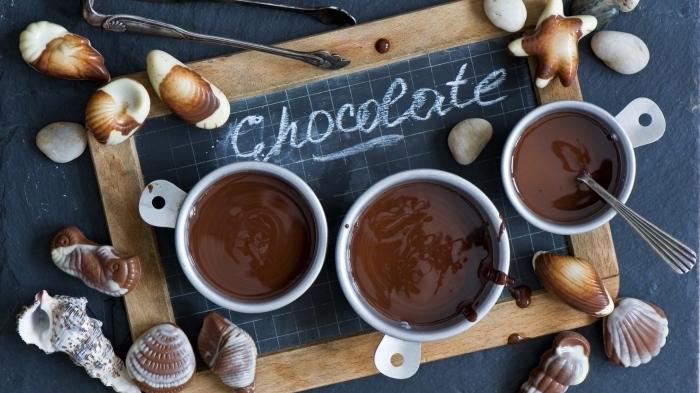 comment faire un chocolat chaud sans lait, recette chocolat chaud cacao en poudre, mug rempli de boisson chaude au chocolat