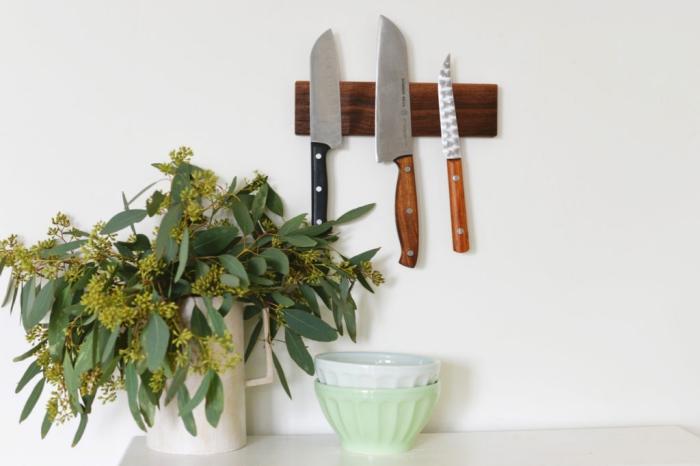 un support de couteaux aimanté réalisé à partir d'un bloc de bois posé au mur qui permet d'avoir ses couteau à une portée de main