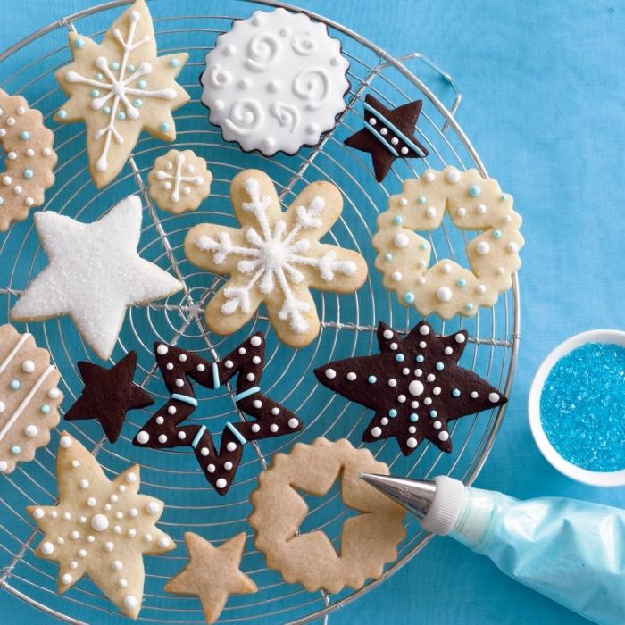 recette gateau de noel facile, décoration de biscuits avec poche et glaçage royal ou sucre glace, modèle biscuit en forme étoile