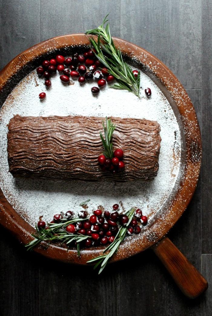 recette dessert noel original, bûche de noël au chocolat et à la mousse au beurre de cacahuète, nappé de crème au beurre chocolat