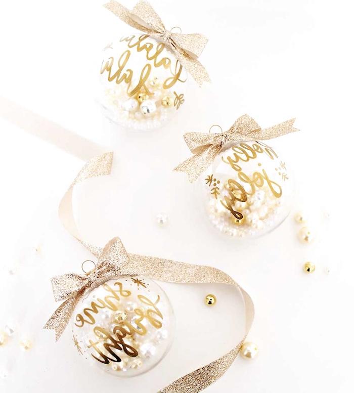 decoration de noel originale en boules de noel transparentes texte en or et ruban pailleté, boule remplies de perles élégantes