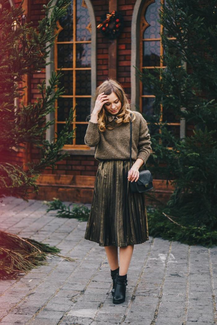 Pull noel famille, tenue de noel femme tenue d hiver rouge et blanc idee ootd, jupe mi longue et pull couleur doré pour noel