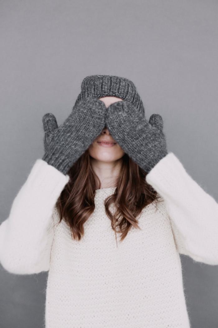 accessoires crochet femme, paire de mitaines et bonnet en gris pour femme, idée cadeau femme noel, modèle de pull blanc femme
