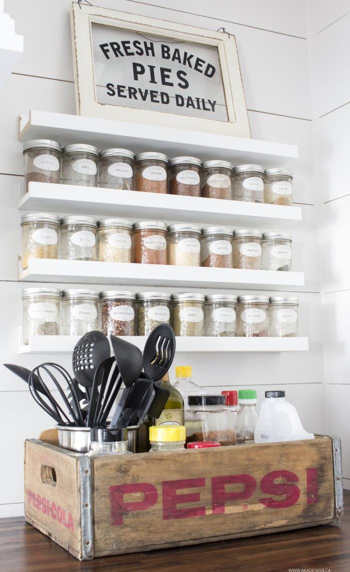 idée pour un rangement épices mural gain de place, petites étagères blanches fixées sur le lambris mural blanc portant de petits pots à épices, caisse pepsi vintage recyclée en rangement de cuisine pratique