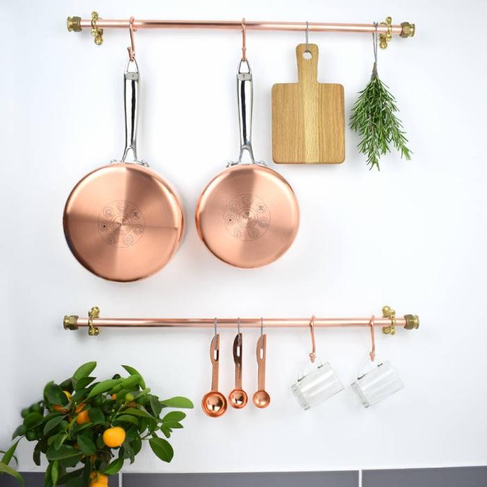des barres porte-ustensiles de cuisine en cuivre fixées au mur, astuce rangement cuisine pour exploiter l'espace mural en dessous