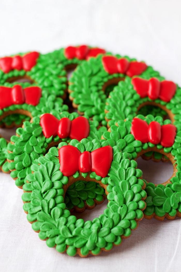 gateau alsacien avec décoration en forme couronne de noel vert et rouge, idée sable de noel facile et rapide