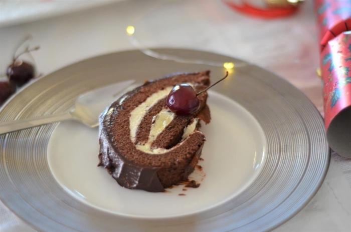 recette dessert noel originale sans gluten, un gâteau roulé classique chocolat et vanille aux cerises au whisky