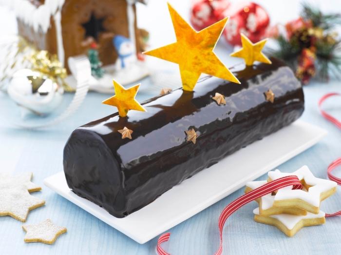 recette bûche de noël originale, au praliné et aux noisette, au glaçage miroir chocolat avec un joli décor étoile