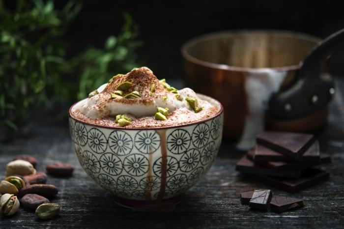 faire un vrai chocolat chaud parfumé aux épices, tasse de chocolat fondu au lait et crème fraîche avec pistaches