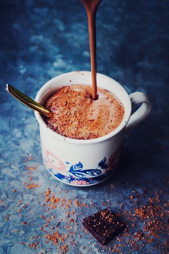 idée chocolat chaud sans lait, mug de café à design fleuris, préparation boisson chaude au chocolat fondu épais