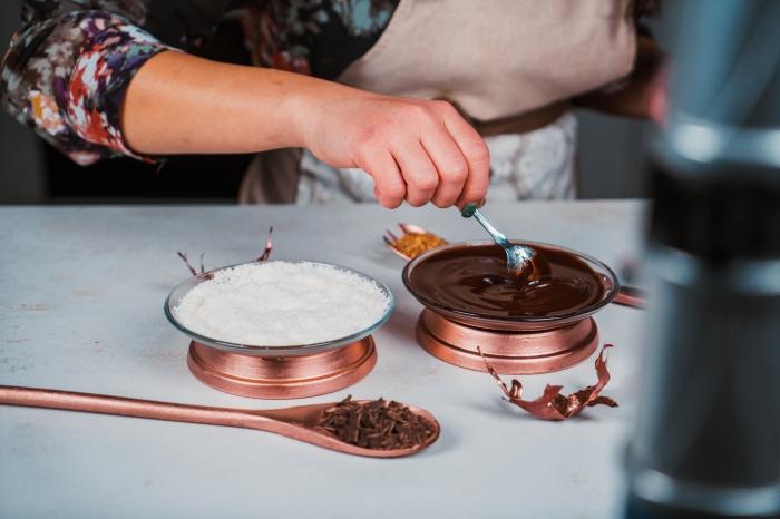 technique de givrage de verre facile avec chocolat fondu et noix de coco râpée, idée comment décorer un verre de chocolat chaud