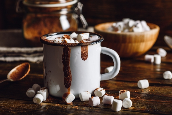 comment préparer un chocolat chaud gourmand facile, recette boisson au cacao en poudre et lait garni de guimauves fondues