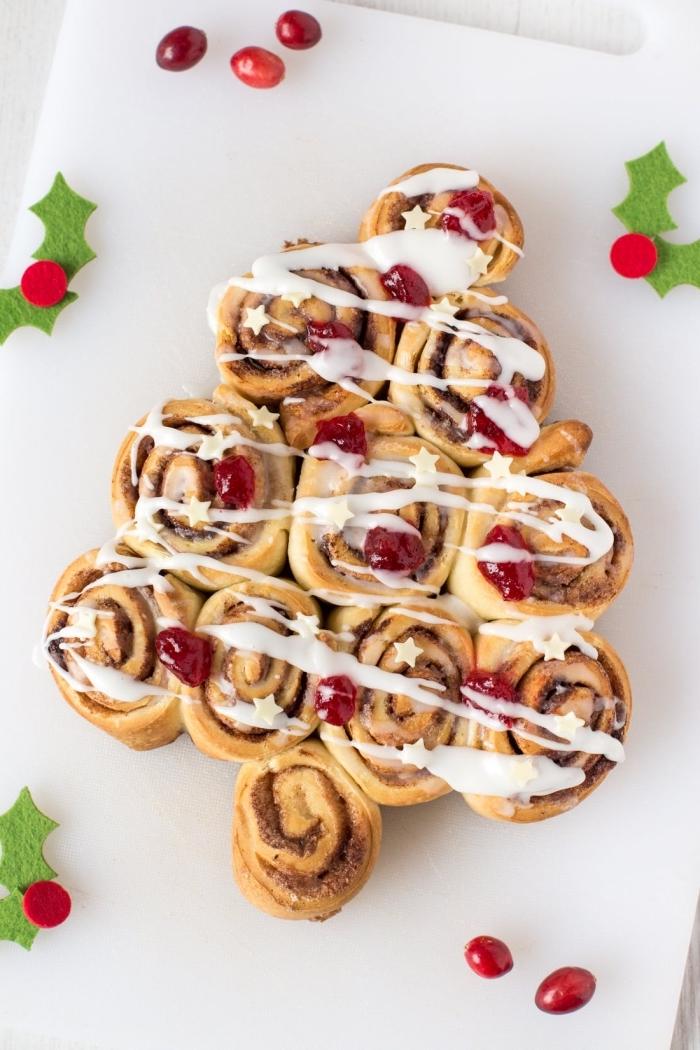 garniture de pâte feuilletée au chocolat et crème fraîche, idée recette gateau noel facile et rapide en forme de sapin