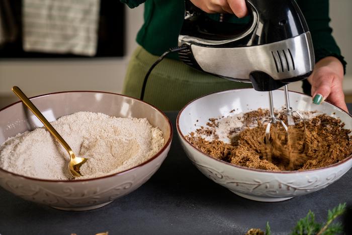 battre le melange de farine et le melange de sucre, beurre de coco, melasse et cacahuete, recette pain d épice pour sablés
