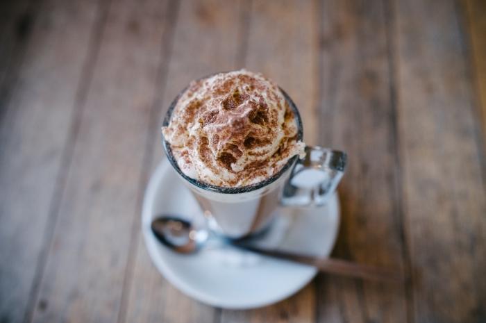 délicieuse boisson au chocolat fondu garni de crème fraîche et sucre brun, recette chocolat chaud maison facile