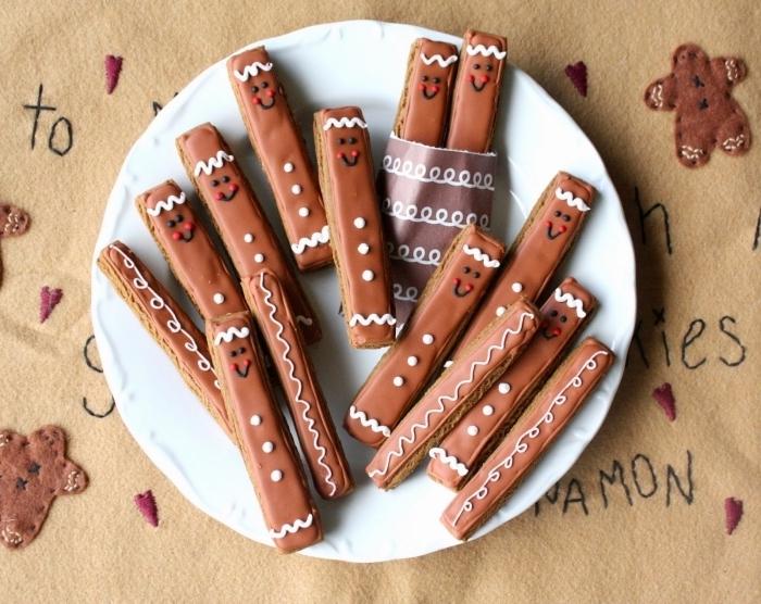 comment faire un petit dessert pour noel, recette noel facile, gâteaux au chocolat avec décoration visage souriant