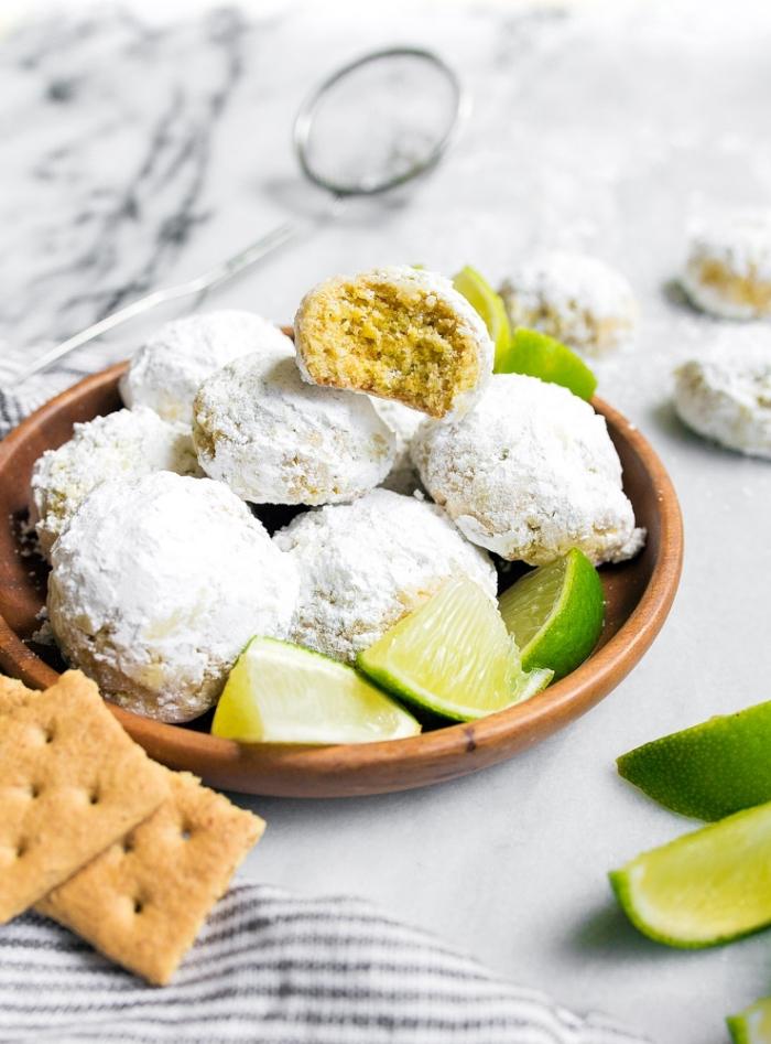 bonbons truffles au beurre et amandes avec jus de citron vert saupoudrés de sucre glace, idée recette mignardise facile