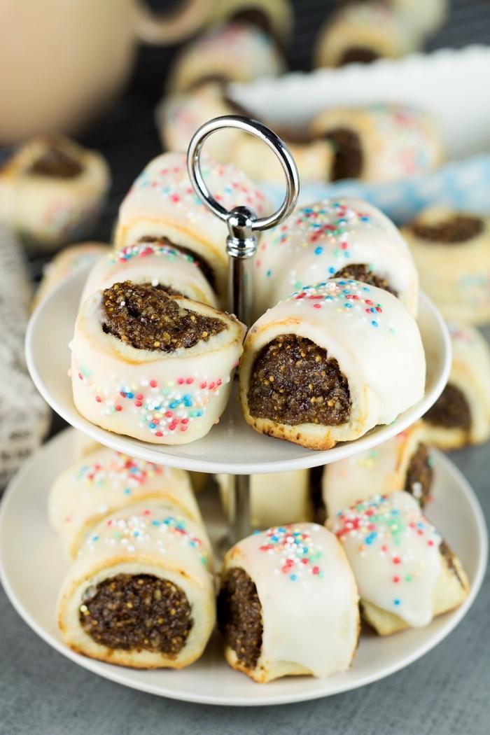 friandises de noel à faire à la maison, idée recette gateau de noel italienne, mini gâteaux au rhum et cannelle avec glaçage