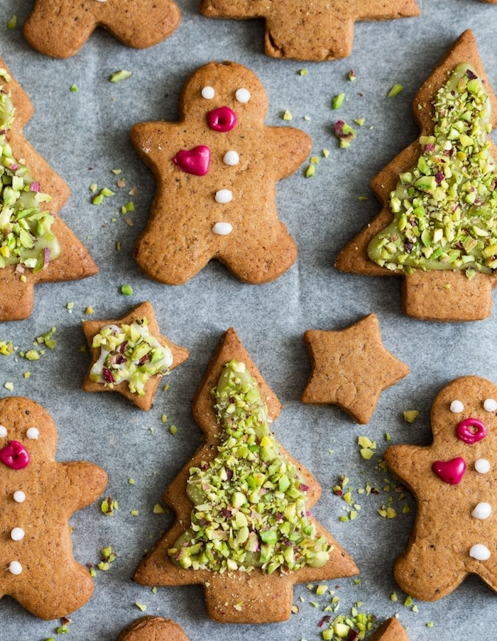 sablé de noel bonhomme pain épice et sapins de noel avec decoration de pistaches, recette biscuit de noel simple