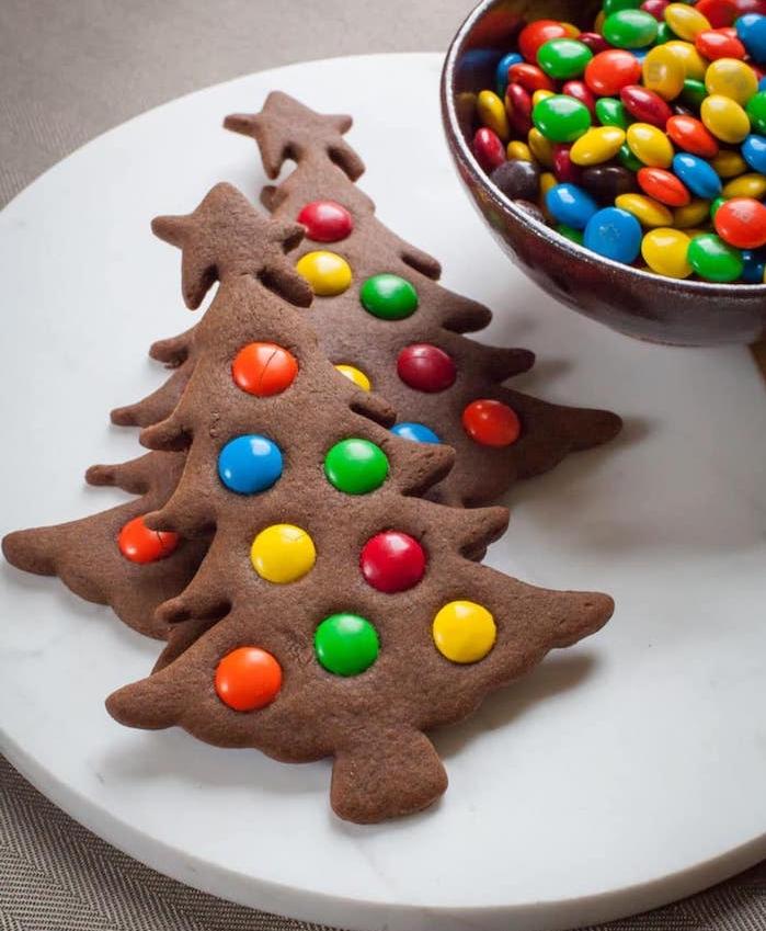 biscuit pain d epice et cacao décoré de bonbons mm en guise de boules de noel colorées, recette friandise de noel