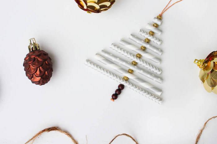 fabrication d ornement de noel en pailles et perles décoratives, deco noel maison simple a fabriquer pour decorer sapin de noel