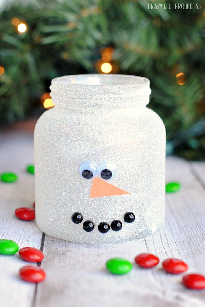 activités manuelles noel, pot à bonbons doy motif bonhomme de neige en paillettes blanches, des yeux mobiles et perles noires pour constituer une bouche