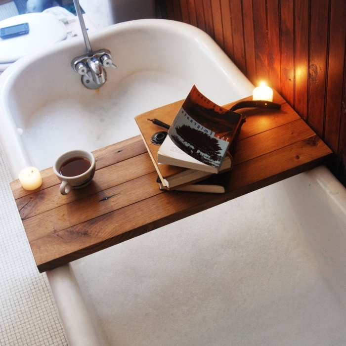 comment décorer sa salle de bain, accessoires détente baignoire, modèle de pont de baignoire en bois massif