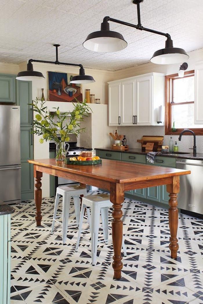 comment recouvrir carrelage de cuisine blanc avec peinture au pochoir et motif perso noir our déco retro avec grande table en bois et meubles verts