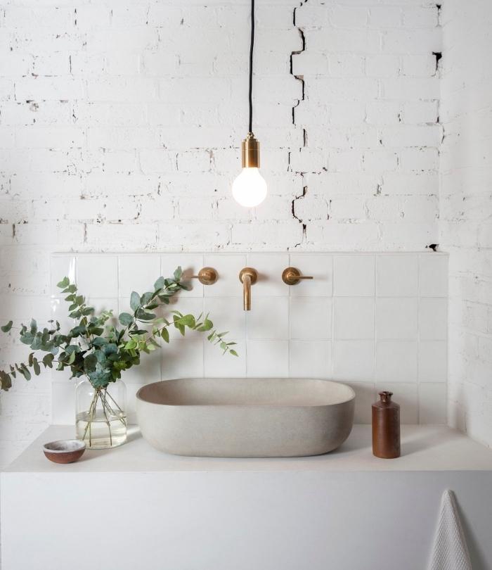 comment décorer une pièce blanche, exemple de revêtement mural en carrelage blanc, déco lavabo salle de bain avec plante verte