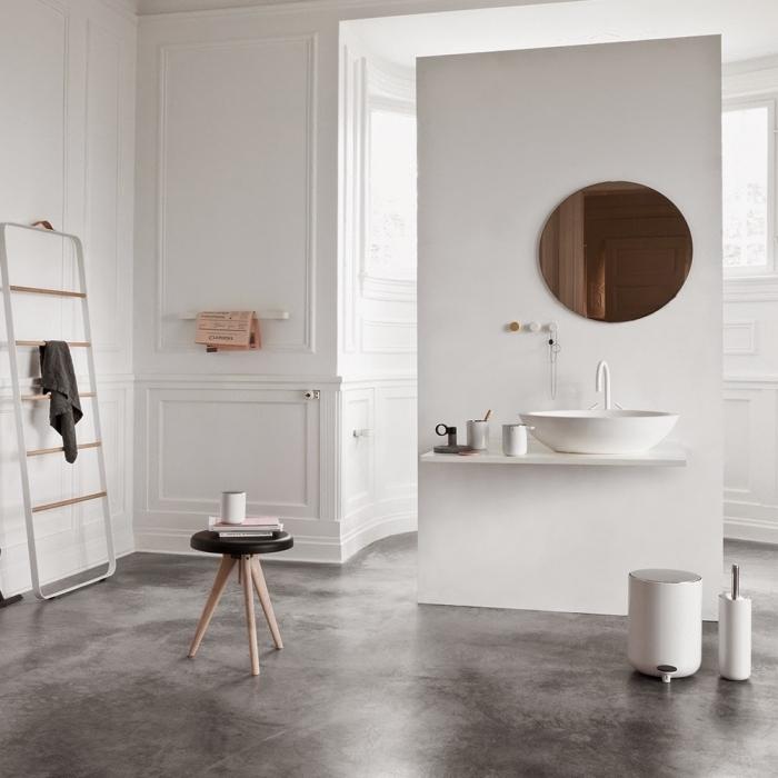 comment aménager une salle de bain blanche avec sol béton, meubles à design épuré aux lignes géométriques et couleurs neutres