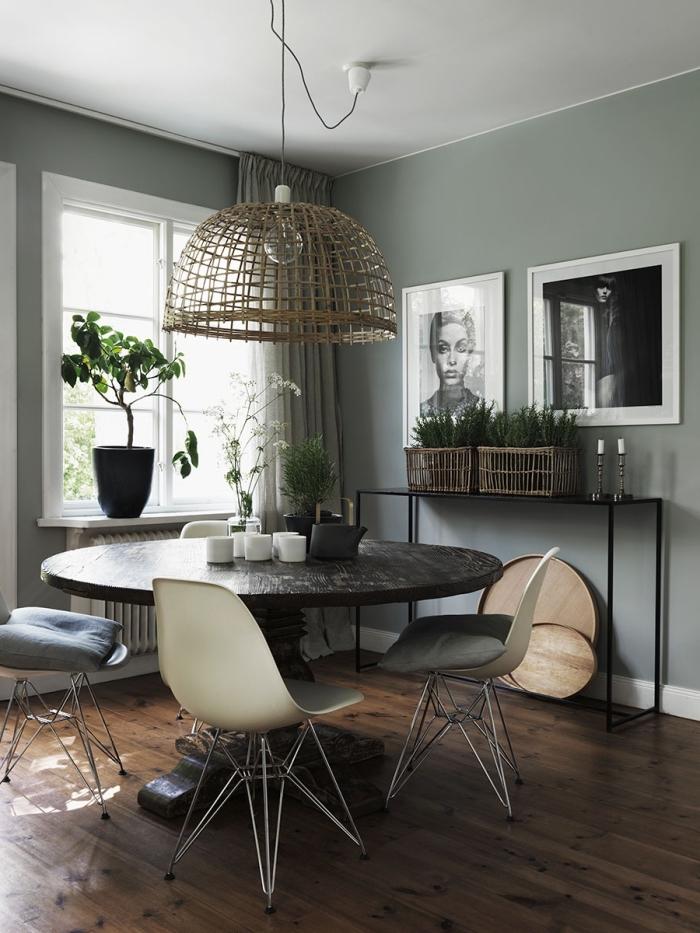 déco de salon aux mur gris et plafond blanc avec plancher foncé, meuble salle à manger avec table ronde en bois brut