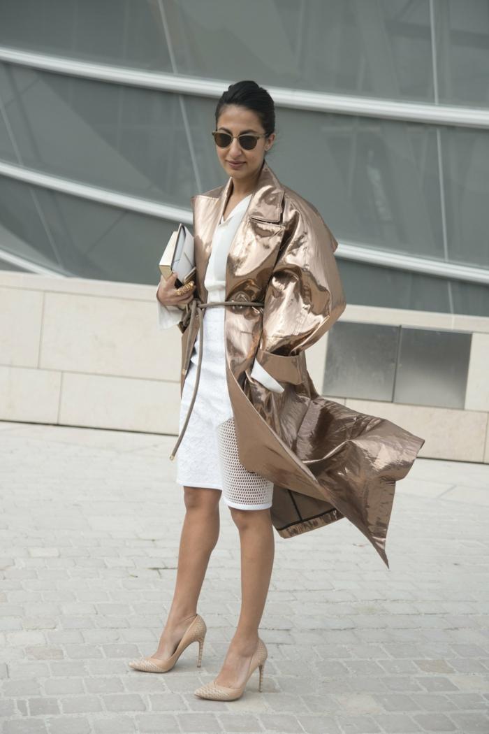 trench coat cuivre surdimensionné, robe blanche, lunettes de soleil, pochette blanche, chignon haut
