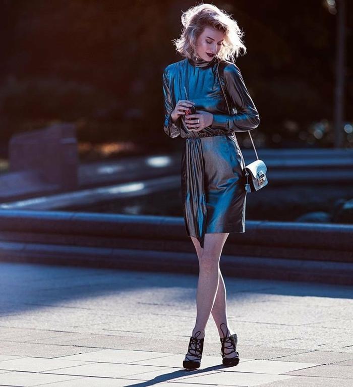 robe en cuir noire, petit sac à bandoulière, cheveux messy blonds, carré court, robe à manches courtes