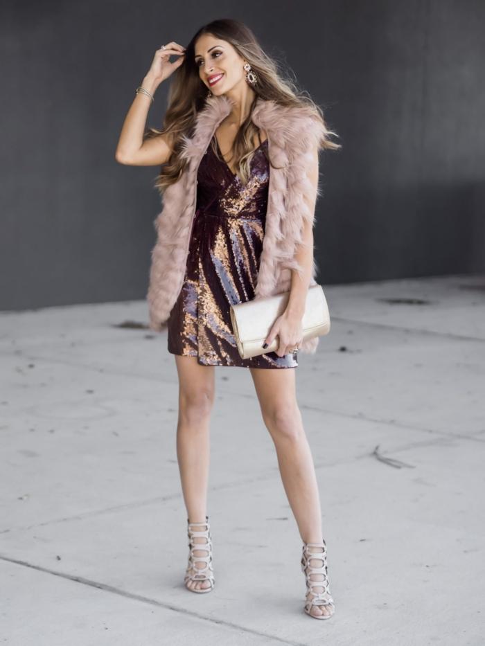 manteau fourrure rose, robe bordeaux pailletée, cheveux longs, sac enveloppe blanc, sandales gris clair