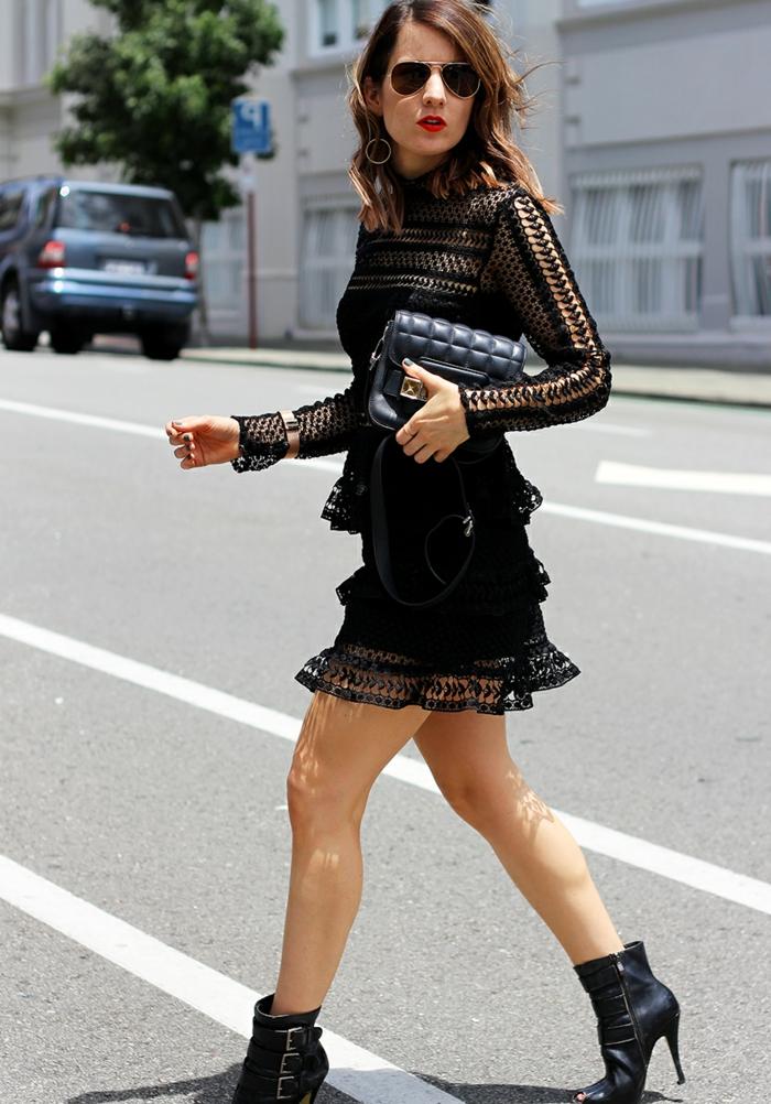 robe reveillon femme, sac matelassé noir, robe dentelle noire, bracelet statement