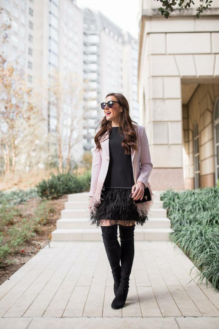 robe noire, manteau rose pale, franges, cuissardes, lunettes de soleil, pochette bandoulière