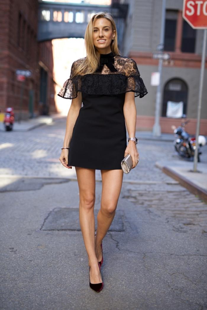 robe noire, joli volant à la poitrine, ruban noir au cou, escarpins en velours rouge, pochette métallique