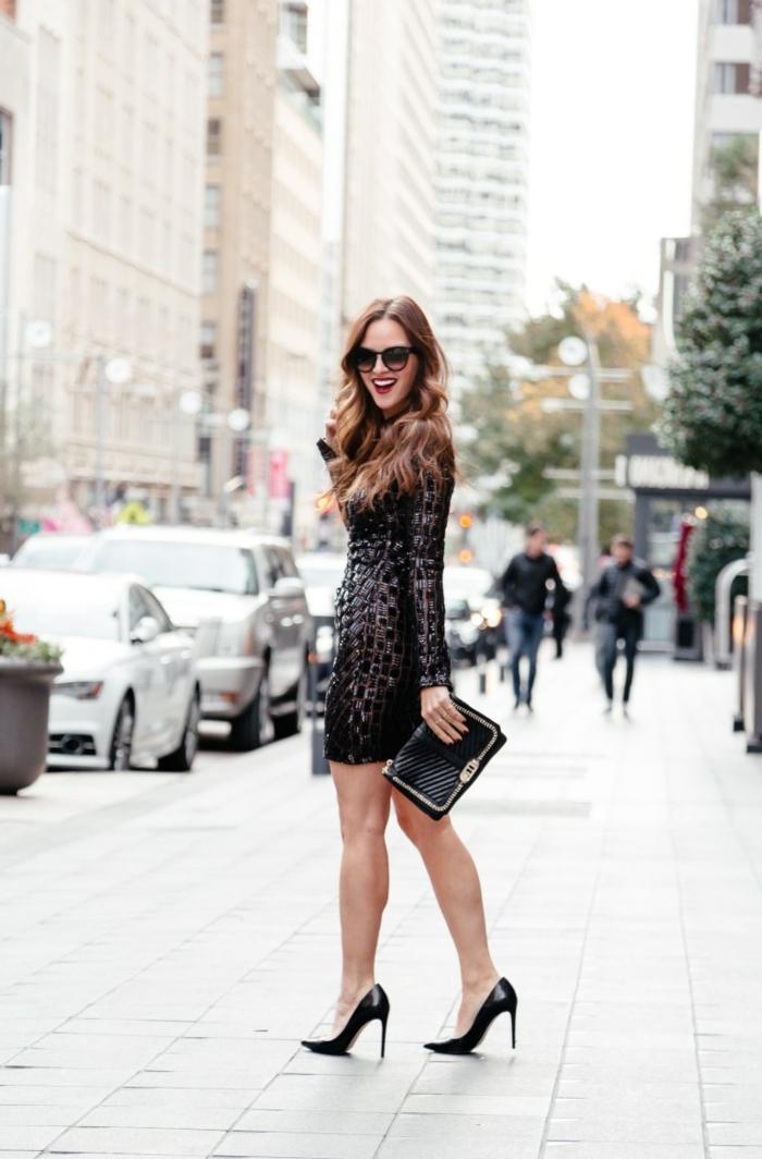escarpins noirs élégants, robe noire chic, sac matelassé, lunettes de soleil, look femme classique en noir