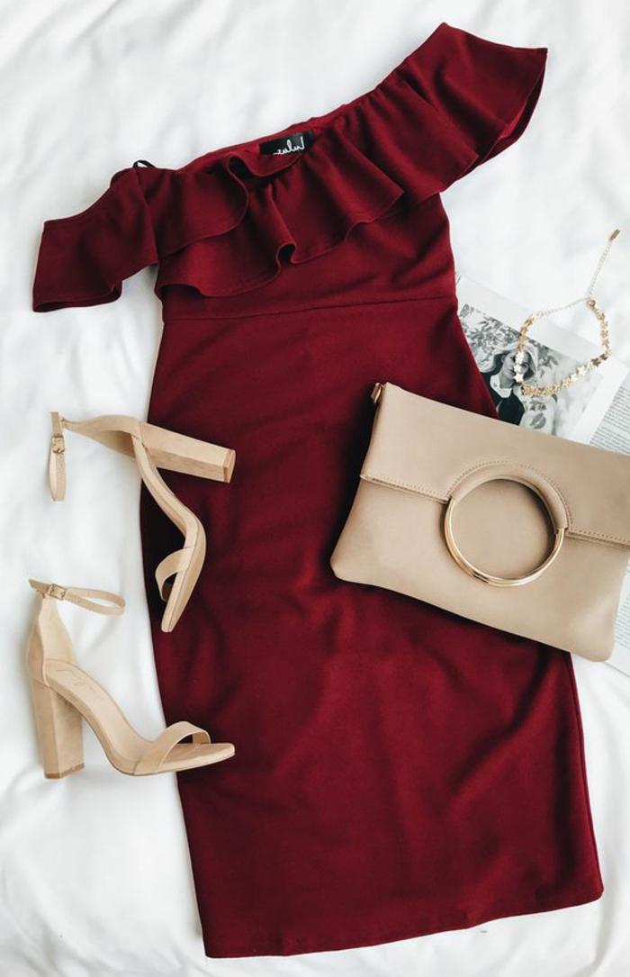 robe nouvel an chic décolleté volant, sandales couleur crème, sac crème poignée métallique ronde, collier