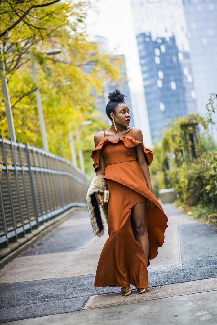 robe longue asymétrique aux volants, escarpins cuivrées, robe fendue chic couleur orange, col fourrure beige