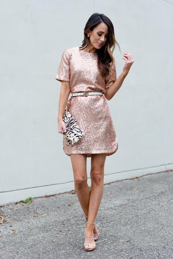 robe rose lumineuse, ceinture blanche, sandales et pochette à main en noir et blanc motifs animaux