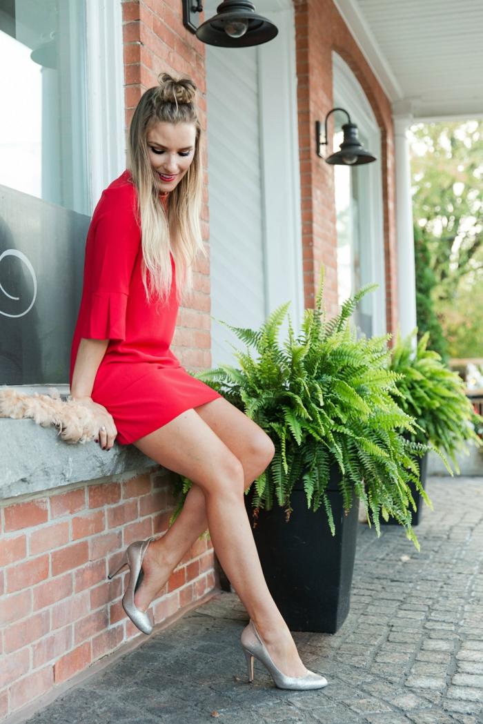 Deguisement mere noel, tenue décontractée chic femme choix tenue festive, robe rouge et chaussures à talon argentées