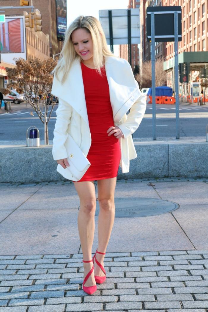 Tenue de fête femme, robe reveillon, tenue décontractée chic femme, robe rouge et manteau blanche