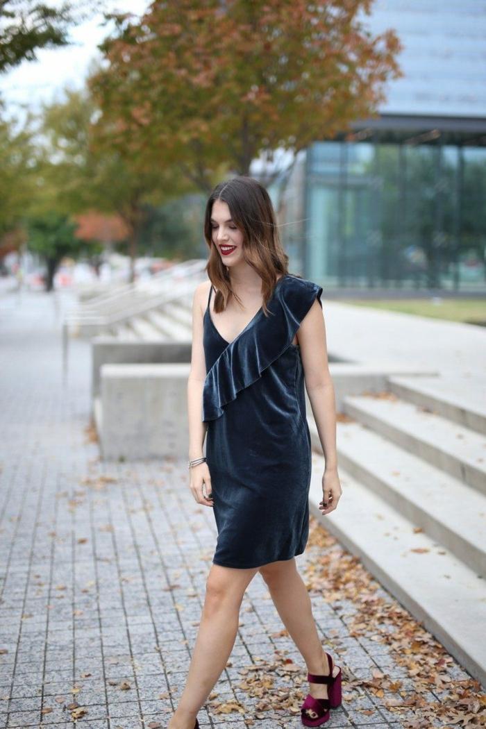 sandales pourpres en velours, robe bleue en velours, robe à épaules asymétriques, cheveux ondulants