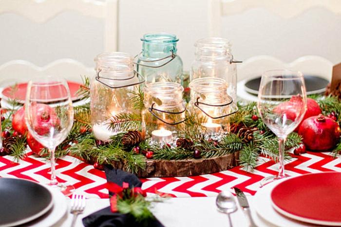 rondin de bois avec bocaux de verre  la place de bougeoirs chemin de table chevrons brins de romarin assiettes color es