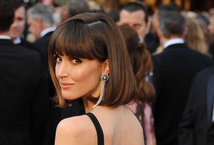 coiffure au carré sophistiqué avec frange pour femme festival de cannes avec robe noire