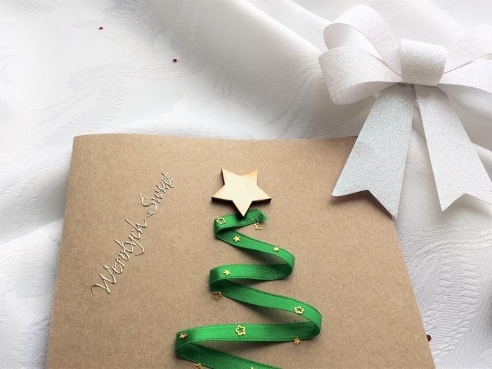 art papier facile pour Noël, idée scrapbooking facile, exemple de carte diy en papier kraft avec sapin en ruban vert et étoile en bois