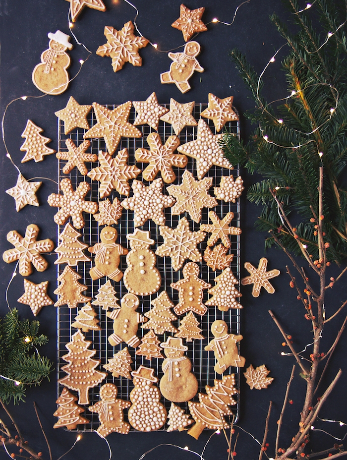 pain d épice recette traditionnelle avec glaçage royal pour decoration et détails festifs dessinés sur sablés motif bonhomme de neige, sapin de noel, étoile et flacon de neige