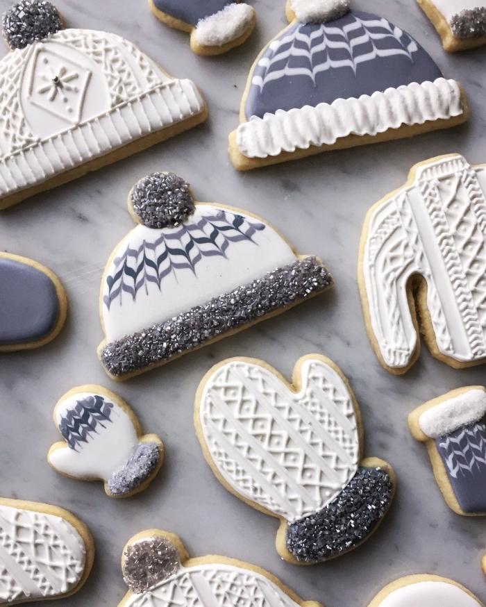 faire des biscuits en forme gants et chapeau avec emporte pièce noel, exemple art culinaire pour noel, bredele de noel